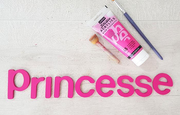 peindre le mot princesse en bois avec du rose