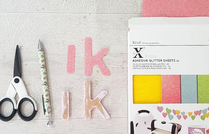 lettres en bois à customiser avec du papier paillettes