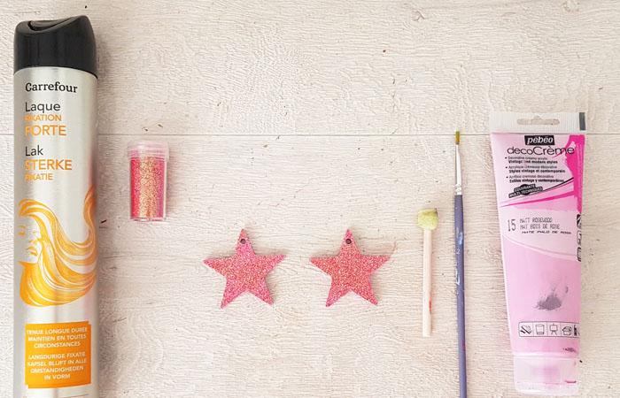 ajouter des paillettes rose sur les étoiles en bois