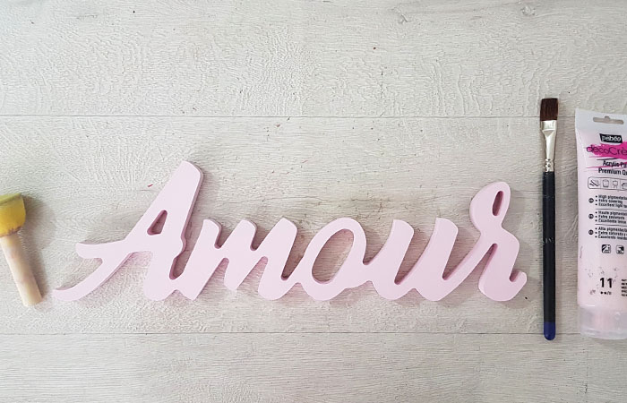 peindre le mot amour en bois avec du rose pastel