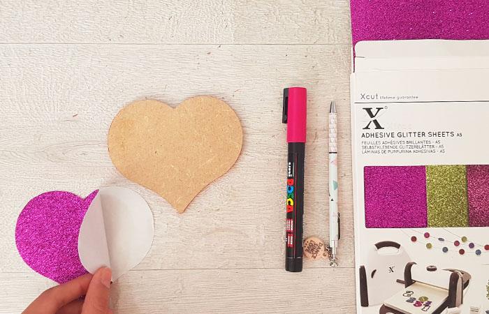 coller du papier paillettes sur le coeur en bois