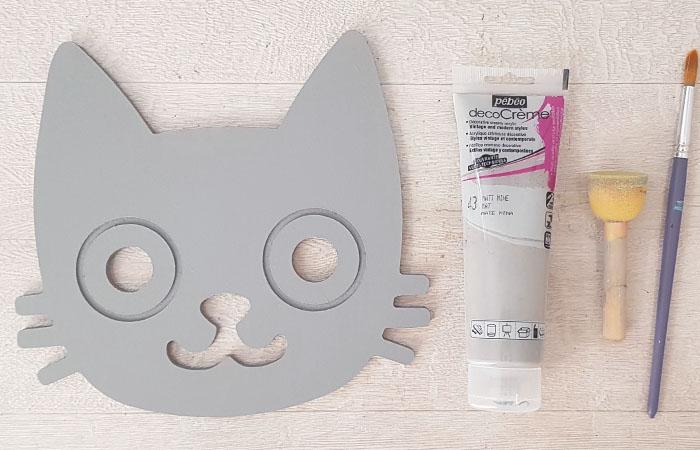 peindre la tête de chat en bois gravée avec du gris