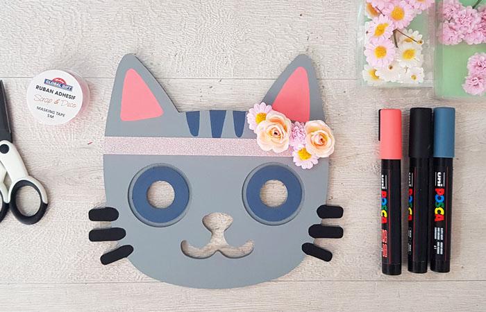 customiser la tête de chat gravée en bois avec des posca et des fleurs