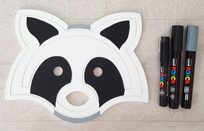 tête de raton laveur en bois à colorier avec des posca