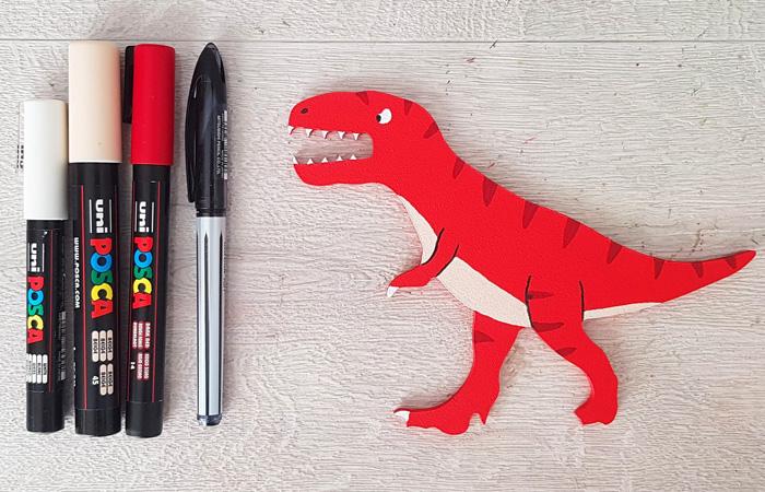 tyrex en bois à décorer en rouge avec le tuto dinosaure