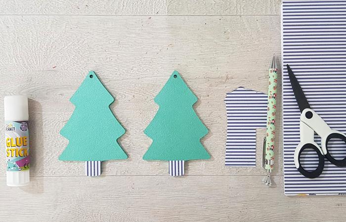 coller du papier sur le tronc du petit sapin en bois Noël