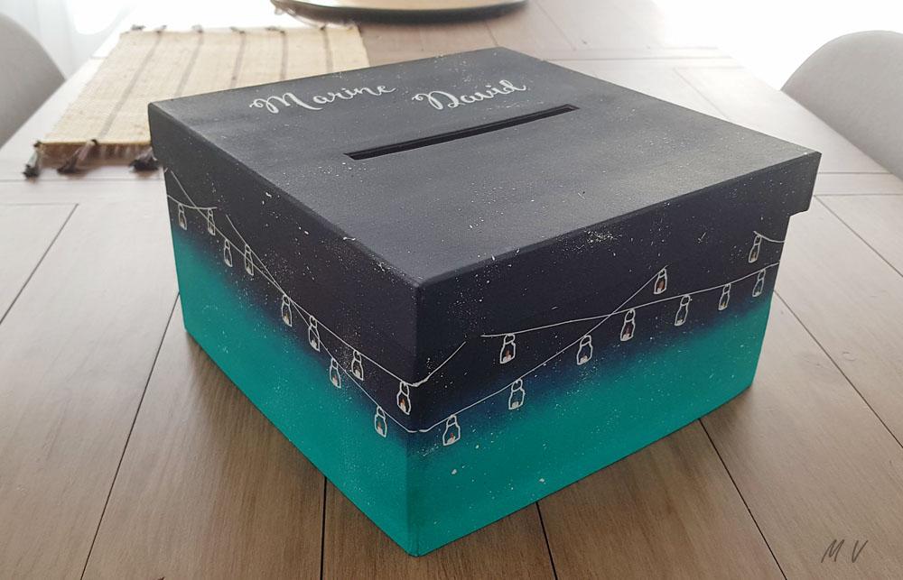 Une décoration d'urne de mariage avec une boite en carton !