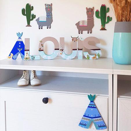 une décoration pour une chambre d'enfant avec un cactus en bois