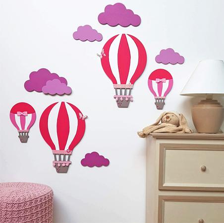 décoration avec des nuage en bois et montgolfières