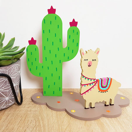 très beau cactus en bois avec un petit lama