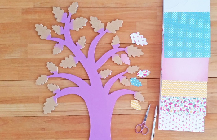 coller du papier sur arbre en bois