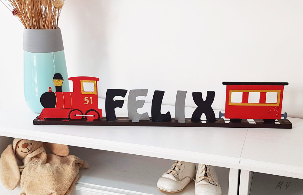 prénom en bois et train décoratif pour une chambre d'enfant