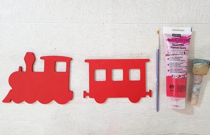 peindre le train en bois décoratif en rouge