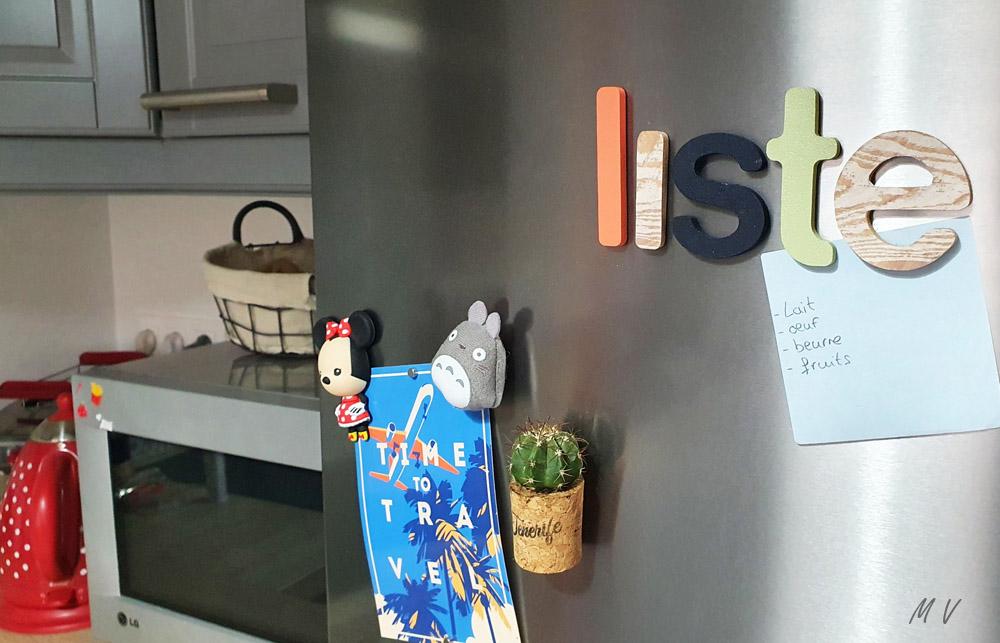 décoration réfrigérateur facile avec des lettres aimants