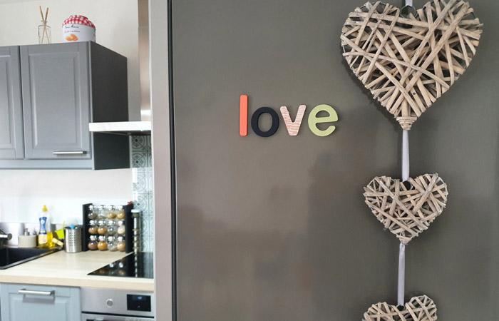 décoration du frigo avec le mot love en bois