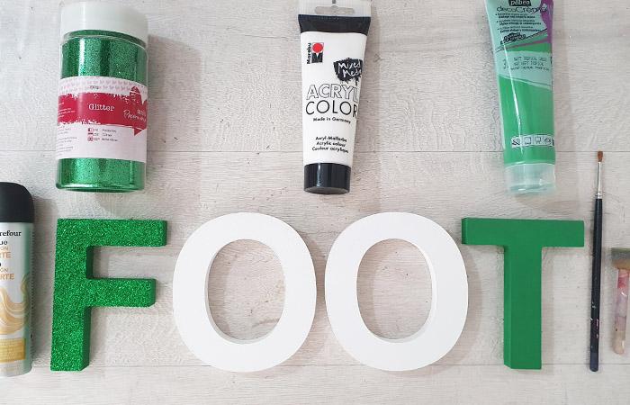 peindre une déco foot en bois pour un anniversaire en vert et blanc