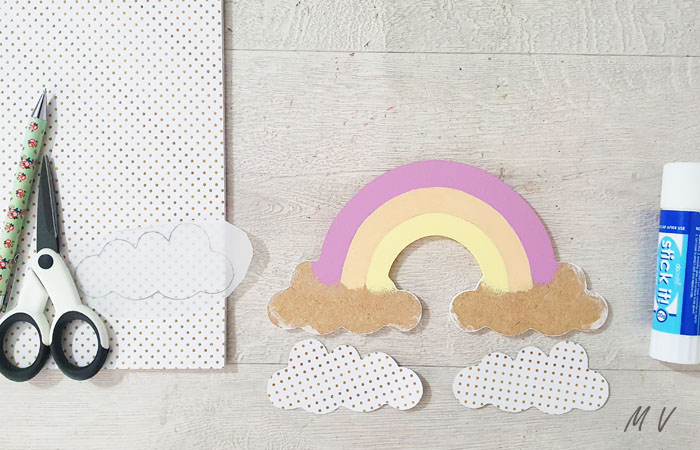 habillez avec du papier le petit arc en ciel en bois