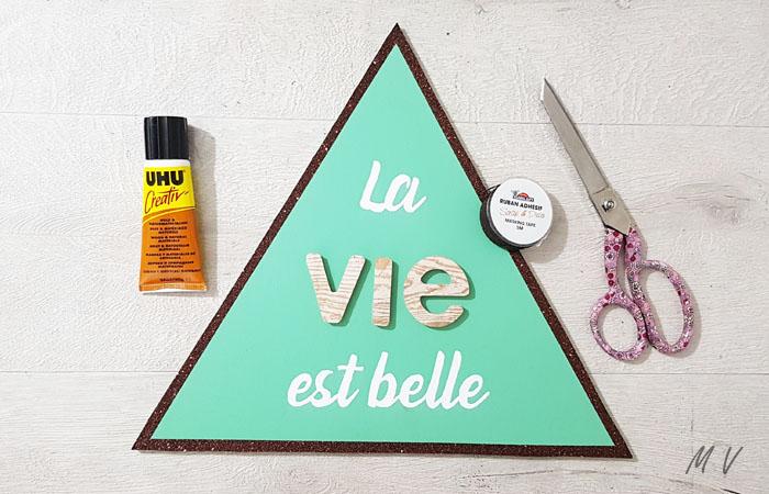 grand triangle en bois avec belle écriture tableau