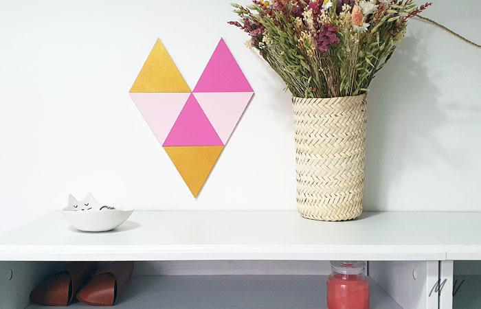 fresque murale avec un petit triangle en bois