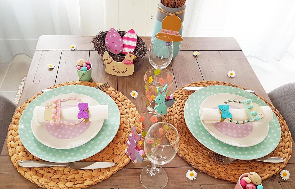 décoration de table spéciale pâques avec des supports en bois à peindre