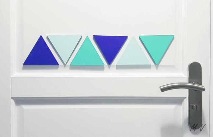 décorer une porte avec un triangle en bois