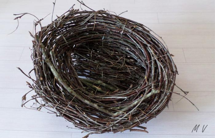 nid avec des branches de bois pour la décoration de table spéciale pâques