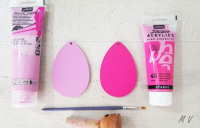 peindre les œufs en bois avec du rose