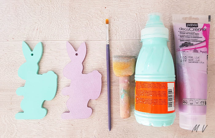 peindre les lapins hottes en bleu pastel et violet