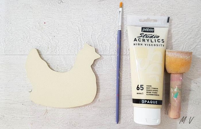 peindre la petite poule en bois avec du beige