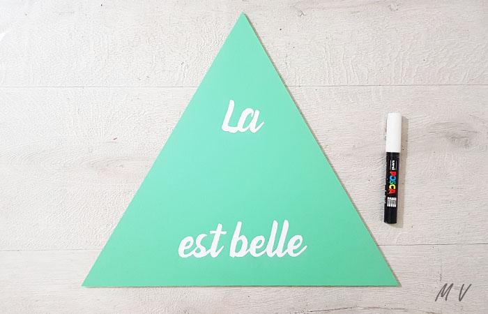 colorier le texte du triangle en bois avec un feutre blanc
