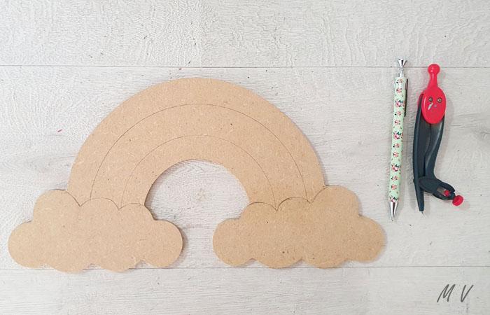grand arc en ciel décoratif en bois