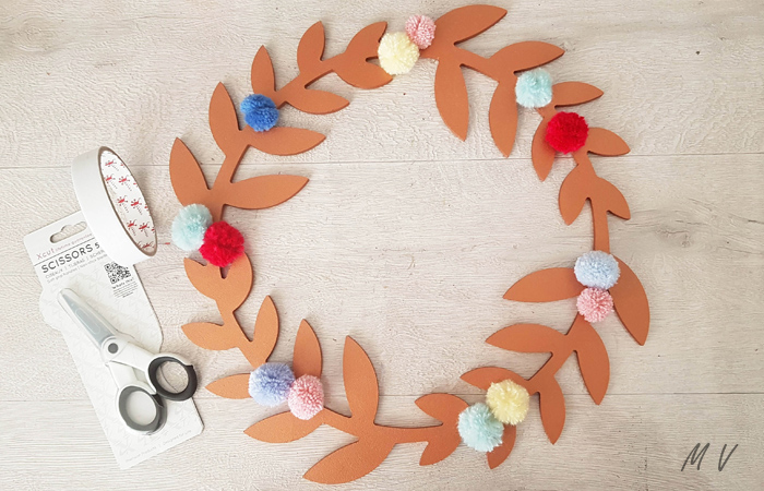 ajouter des pompons sur la déco murale avec des fleurs séchées