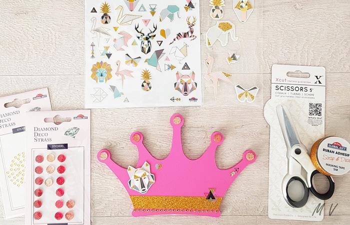 customiser avec des stickers la couronne en bois