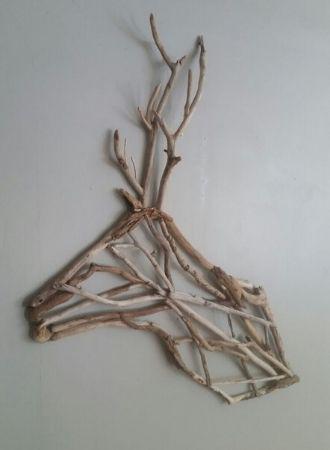 cerf fixé au mur en bois flotté