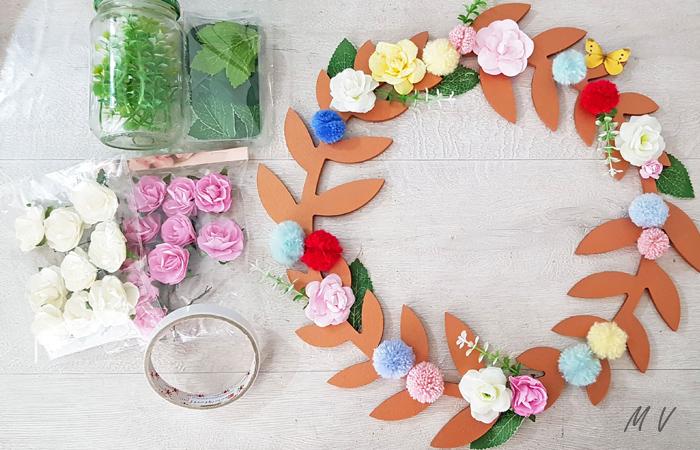 une déco murale avec des fleurs séchées en bois à peindre