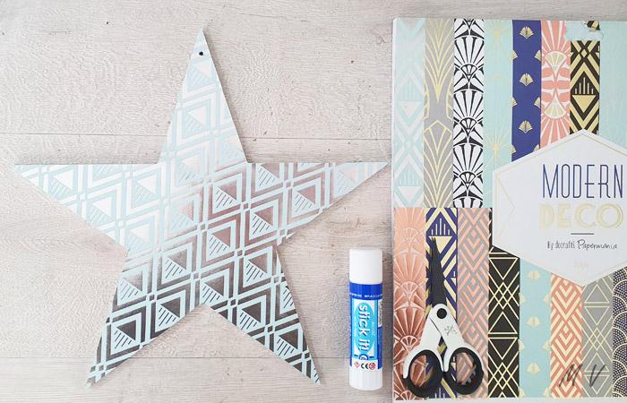décoration d'étoile en bois avec du papier noël