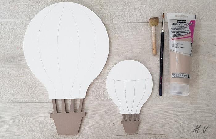 décorer avec de la peinture taupe les montgolfières en bois