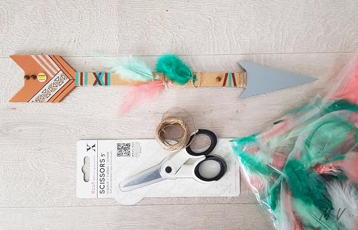 décorer la flèche en bois avec des plumes