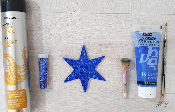 décoration d'étoile en bois avec des paillettes
