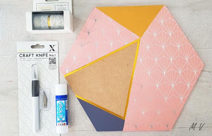 ajouter du ruban adhésif sur l'hexagone en bois