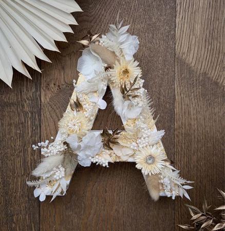 une lettre en bois à décorer avec des fleurs séchées