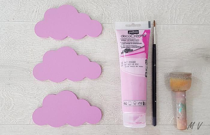 peinture rose pour décorer les nuages en bois