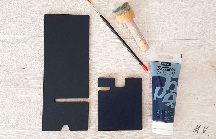 peindre en noir le support pour smartphone en bois
