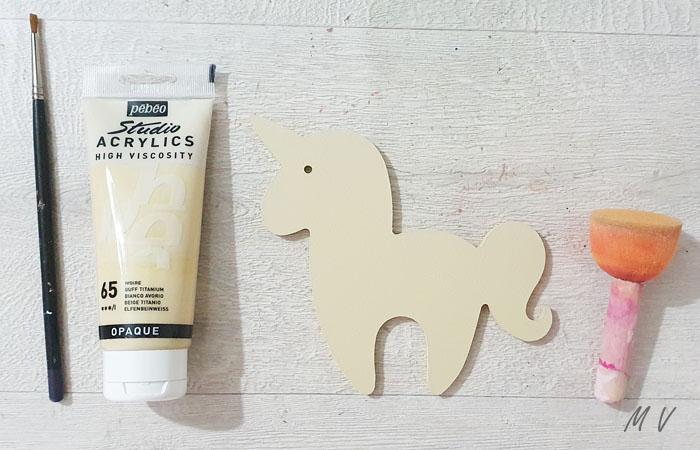 peindre la licorne en bois en beige