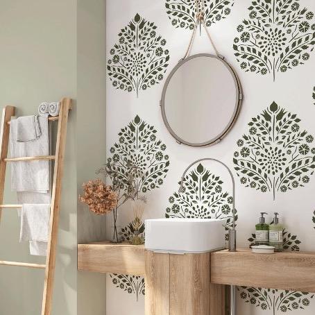salle de bain décorée au pochoir