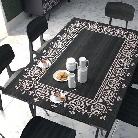 table au pochoir