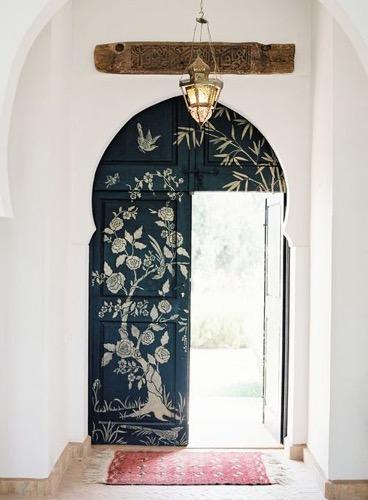 porte dantesque au pochoir décorée de rosiers