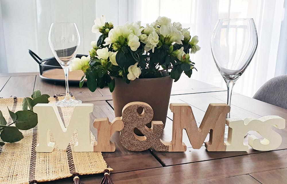 Une déco de table de mariage originale avec un mot à poser Mr & Mrs