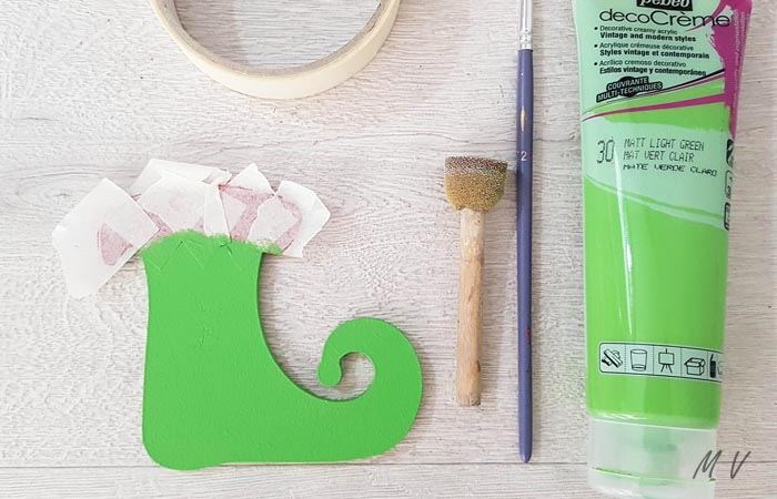 peindre en vert la botte de lutin en bois