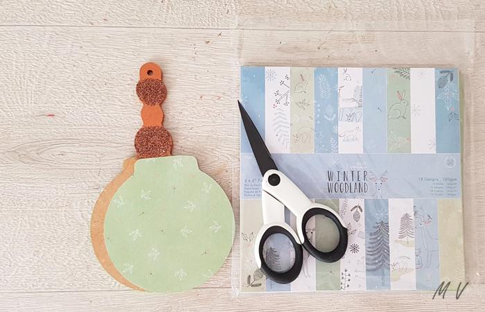 collage de papier sur la boule en bois